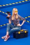 Привлекательная сексуальная девушка построителя в chechered рубашке, джинсах и стекле Стоковые Фотографии RF