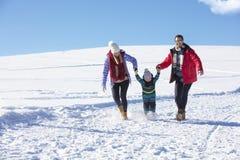 Привлекательная семья имея потеху в парке зимы на горе Стоковые Изображения