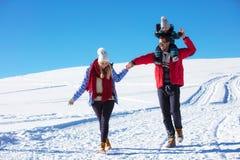 Привлекательная семья имея потеху в парке зимы на горе Стоковое Фото