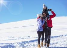 Привлекательная семья имея потеху в парке зимы на горе Стоковая Фотография RF