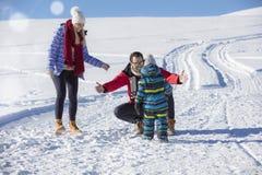 Привлекательная семья имея потеху в парке зимы на горе Стоковое Изображение