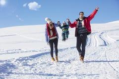 Привлекательная семья имея потеху в парке зимы на горе Стоковое Изображение RF