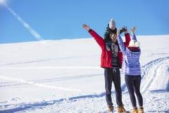 Привлекательная семья имея потеху в парке зимы на горе Стоковые Фотографии RF