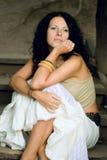 привлекательная сидя женщина лестниц деревянная Стоковые Фотографии RF