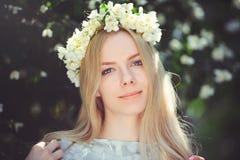 Привлекательная скромная маленькая девочка с блондинкой с жасмином цветет венок на головных длинных волосах и естественный состав Стоковые Изображения