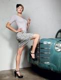 привлекательная старуха автомобиля предпосылки Стоковое Изображение