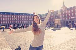 Привлекательная счастливая молодая женщина наслаждаясь испанским осмотром достопримечательностей в Мадриде В туризме в европейско стоковое изображение