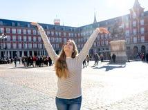 Привлекательная счастливая молодая женщина наслаждаясь испанским осмотром достопримечательностей в Мадриде В туризме в европейско стоковое фото