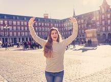 Привлекательная счастливая молодая женщина наслаждаясь испанским осмотром достопримечательностей в Мадриде В туризме в европейско стоковые фото