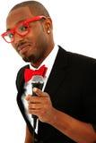 Привлекательная черная мыжская певица с микрофоном стоковое фото rf