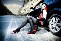 привлекательная девушка автомобиля около чемодана Стоковое Изображение