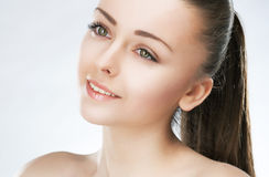 привлекательная девушка красотки здоровая делает естественную кожу Стоковое Фото