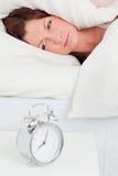 Привлекательная red-haired женщина просыпая вверх стоковые изображения