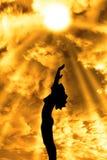 Привлекательная silhouetted обнажённая женщина хваля для влюбленности Стоковая Фотография