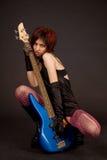 привлекательное басовое удерживание гитары девушки Стоковое Изображение