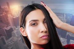 Привлекательное брюнет касаясь ее волосам Стоковое Изображение RF