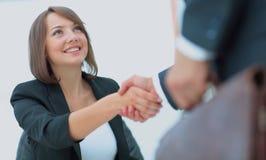 Привлекательное дело женщины и человека объединяется в команду трясущ руки на offic Стоковые Изображения
