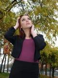 привлекательное падение выходит детеныши женщины Стоковая Фотография RF