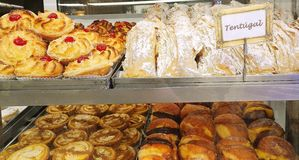 Привлекательное печенье в окне португальской пекарни в Лиссабоне, Португалии, Европе стоковые изображения