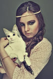 привлекательное удерживание девушки кота Стоковое Изображение
