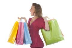 привлекательное удерживание несколько детенышей женщины shoppingba стоковое фото