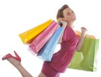 привлекательное удерживание несколько детенышей женщины shoppingbag стоковое изображение