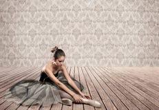 Привлекательное усаживание балерины Стоковая Фотография