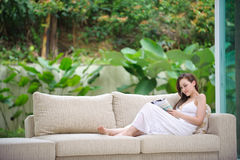 Привлекательное чтение женщины стоковая фотография rf