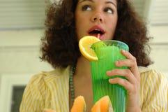 Привлекательное drinkin молодой женщины стоковые фото