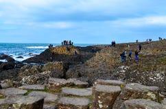 Привлекательность интереса ЮНЕСКО Северной Ирландии скалы камней утесов побережья мощёной дорожки Giants вулканическая шестиуголь стоковые фотографии rf