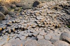 Привлекательность интереса ЮНЕСКО Северной Ирландии скалы камней утесов побережья мощёной дорожки Giants вулканическая шестиуголь стоковое фото
