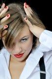 привлекательно исправляет стиль причёсок девушки стоковые фото