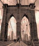 Привлекательно старомодный Бруклинский мост стоковая фотография rf