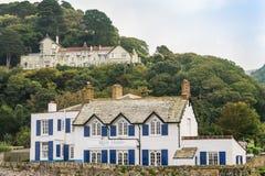 Привлекательно старомодный гостиницы на Lynmouth в Девоне, сидя одно на другом Стоковые Изображения RF