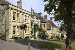 Привлекательно старомодный коттеджи Cotswold, Burford, Оксфордшир, Великобритания стоковые фотографии rf