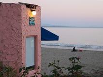 Привлекательно старомодный розовое здание штукатурки обозревает пляж, Capitola, CA Стоковая Фотография RF