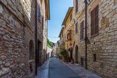 Привлекательно старомодный улица в Assisi стоковые фото