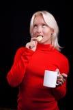 привлекательные белокурые печенья выпивая чай стоковые изображения rf