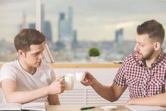 Привлекательные бизнесмены выпивая кофе совместно Стоковое фото RF