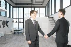 Привлекательные бизнесмены тряся руки стоковое изображение rf