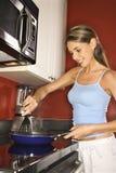 привлекательные варя детеныши женщины кухни Стоковые Фото