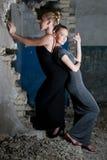 привлекательные девушки платьев представляя трущобы Стоковые Фотографии RF
