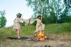 Привлекательные девушки скачут через огонь Стоковая Фотография RF