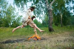 Привлекательные девушки скачут через огонь Стоковые Изображения