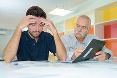 Привлекательные 2 делового партнера работая в сотрудничестве Стоковая Фотография RF