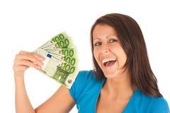 привлекательные детеныши девушки евро кредиток стоковая фотография rf