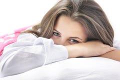 привлекательные детеныши женщины кровати Стоковая Фотография