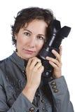 привлекательные детеныши женщины удерживания камеры стоковые изображения rf