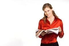привлекательные детеныши женщины чтения кассеты Стоковое Изображение