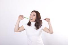 привлекательные детеныши зубной щетки девушки Стоковое Изображение RF